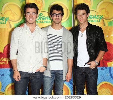 LOS ANGELES - 15 de maio: Jonas Brothers chega a Disney|Festa de Verão imprensa ABC Television Group na