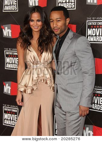 "LOS ANGELES - JAN 14: John Legend & Datum kommt zur 16th Annual ""Kritiker"" Choice Movie Awards auf J"