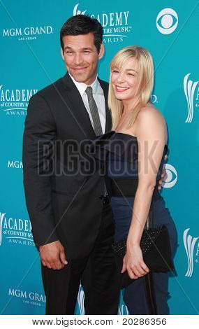 LAS VEGAS - APR 18:  Eddie Cibrian & Leann Rimes arrives at the 45th Academy of Country Music Awards  on April 18, 2010 in Las Vegas, NV