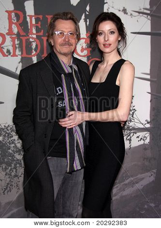 LOS ANGELES - 07 de MAR: Gary Oldman & esposa Alex llegan a la Premier de