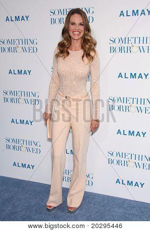 """LOS ANGELES - 03 de maio: Hilary Swank chega para a estreia mundial de """"Algo emprestado"""" de Maio 03,20"""