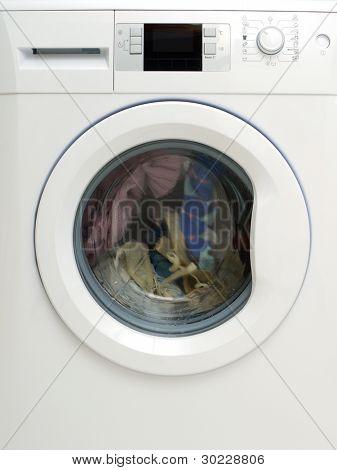 Ropa sucia que lavar en lavadora