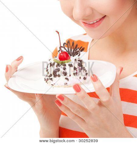 divertidas mulher comer o bolo no fundo branco