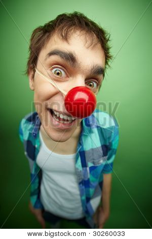 close up of a slightly mad Mann mit Clown Nase feiern Fools day