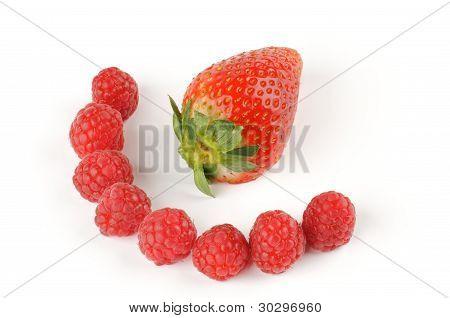 Anordnung von Erdbeeren und Himbeeren