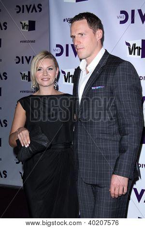 LOS ANGELES - DEC 16: Elisha Cuthbert, Dion Phaneuf Ankunft der VH1 Divas Konzert 2012 bei Shrin
