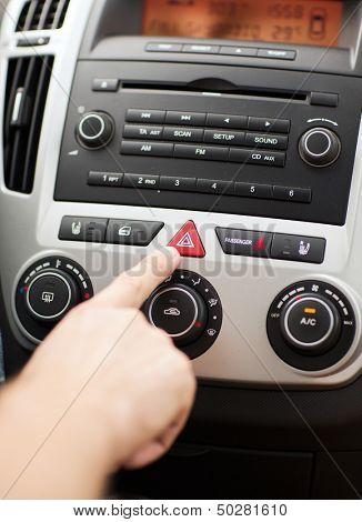 transporte y vehículos concepto - hombre botón triángulo rojo coche PELIGRO ADVERTENCIA