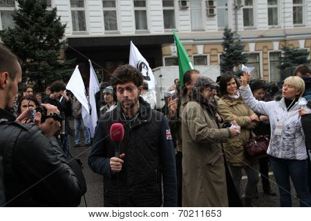 Dozhd Channel correspondent Timur Olevskii works on political action
