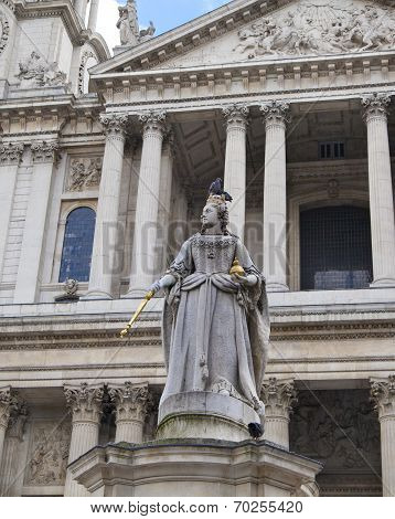 LONDON, UK - JULY 6, 2014: Queen Victoria monument next to St. Paul's cathedral