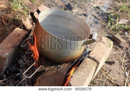 Agua hirviendo en el fuego