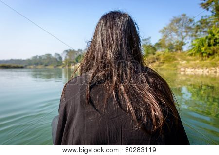 Woman on a pirogue seen from the back