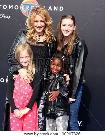 LOS ANGELES - MAY 9:  Joely Fisher, daughters at the