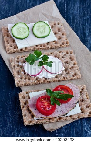 crisp bread with cheese,smoked turkey,tomato and cucumber