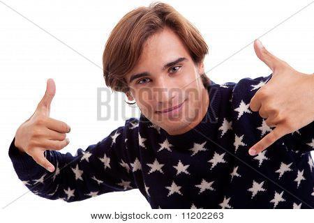 Junger Mann mit seinen Händen Aufstieg oben Isolated wie ein Zeichen für alles Cool, On White Background
