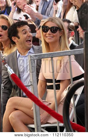 LOS ANGELES - DEC 8:  Fred Savage, Gwyneth Paltrow at the Rob Lowe Star on the Hollywood Walk of Fame at the Hollywood Blvd on December 8, 2015 in Los Angeles, CA