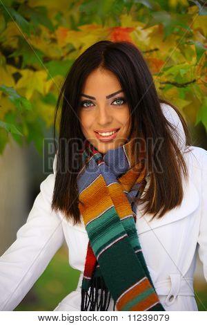 Mujer de otoño con una sonrisa