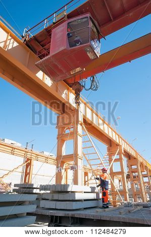 Slinger with crane operator work on loading