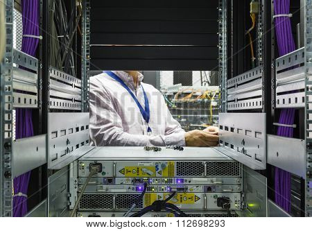 IT Engineer installs JBOD  to rack in datacenter