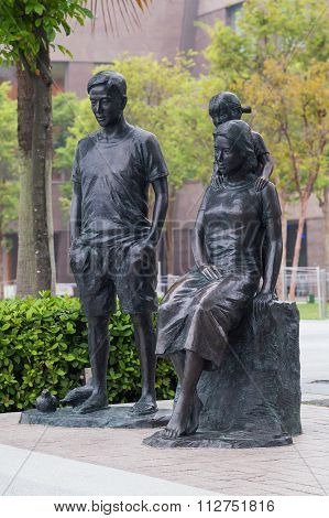 Singapore, Singapore - Circa September 2015: Makan Angin Sculpture Of Family On Esplanade Promenade
