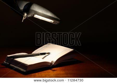 Agenda debajo de la lámpara