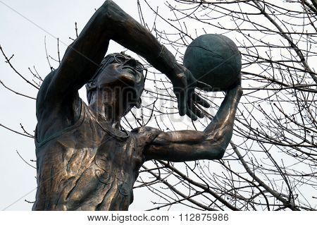 Sculpture of George Mikan