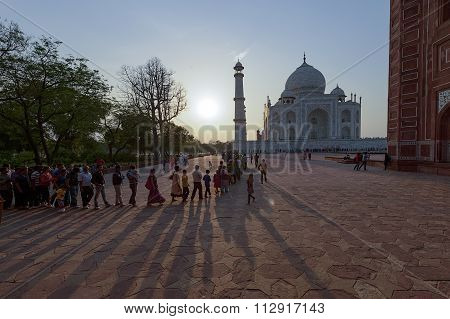 A Long Que Of Local People And Tourist To Enter The Taj Mahal.