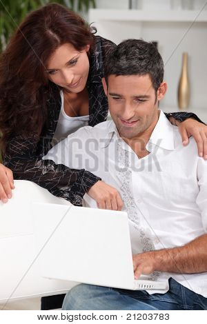 Couple looking at Laptop zusammen