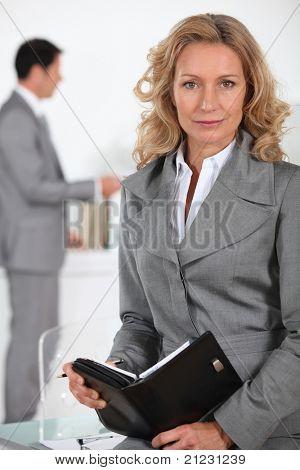 Empresaria en un cuero atado agenda