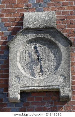 Reloj en edificio en Arundel. REINO UNIDO