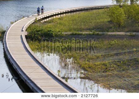 Andar en bicicleta en paseo marítimo