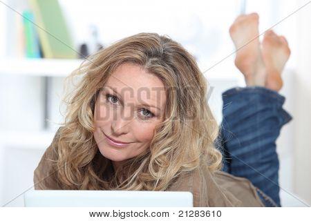Mujer rubia en portátil