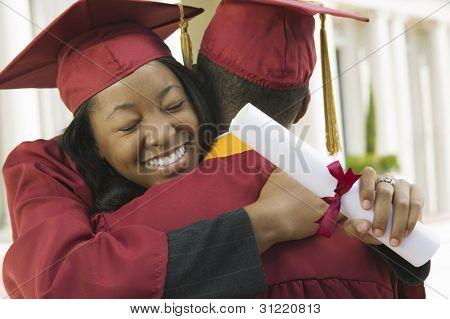 Afgestudeerden knuffelen