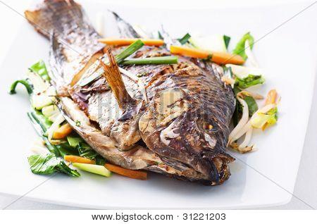 Tilapia mit asiatischem Gemüse gebraten