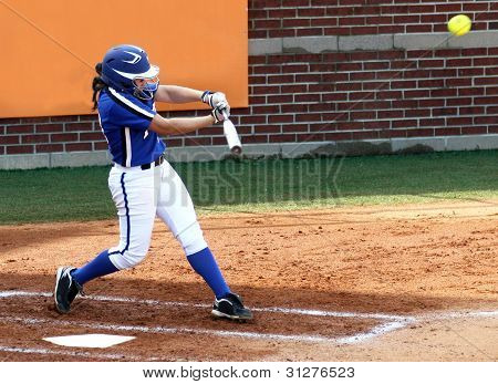 College Softball Player balançando morcego