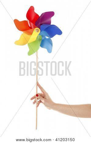 Mano sostiene juguete colorido del molinete