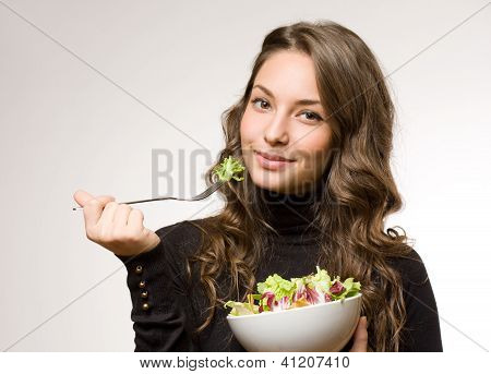 Junge Frau mit Salat.