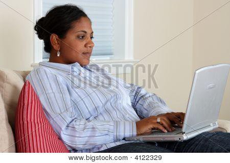 Mujer en computadora