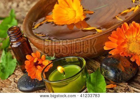 Spa-Konzept. Ringelblumen-Blüten mit ätherischen Ölen