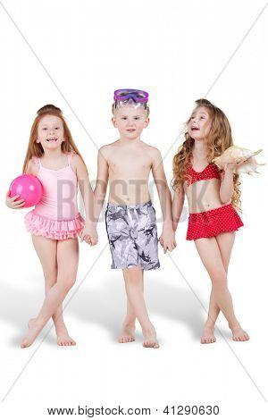 Lächeln, junge und zwei Mädchen in Strand passt Stand, Hand in Hand