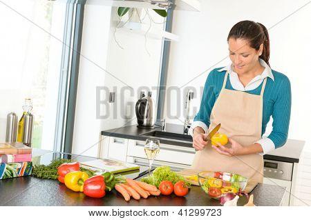 Cocina de verduras de corte joven preparar las tareas domésticas de alimentos