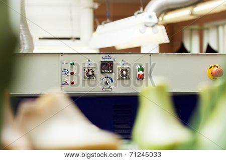 Machine control panel with temperature indicator