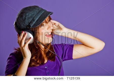Hermosa mujer escuchando música
