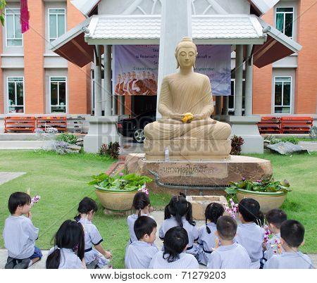 Children Worship Buddha Image