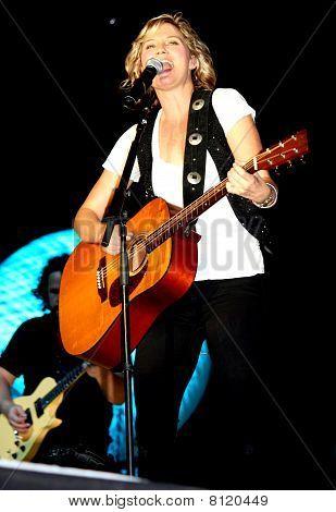 Jennifer Nettles Singing & Playing Guitar