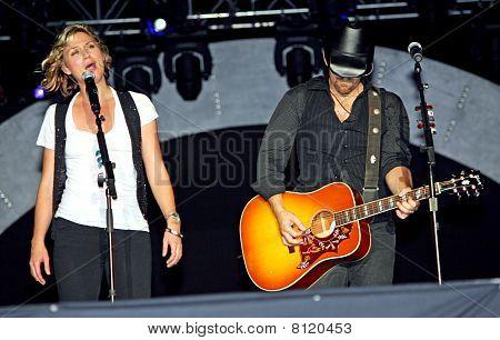 Jennifer Nettles & Kristian Bush Singing Live On Stage
