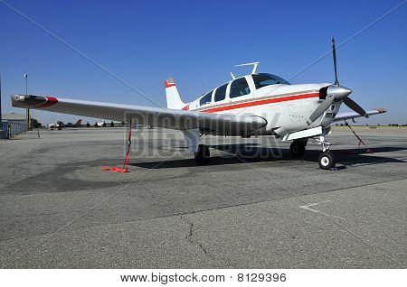 Moderne eenmotorig vliegtuig