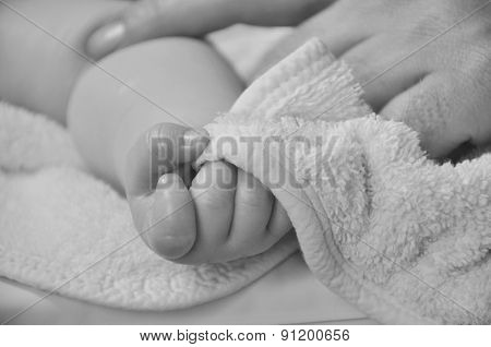 baby hand in black and white