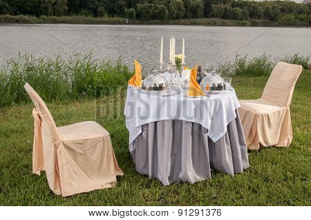 The Fashionable Holiday Table Outdoors