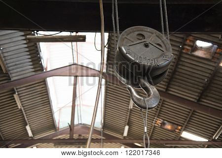 big pulley for heavy weight object lift with text 10 ton on it