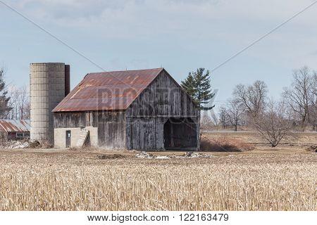 A lone decrepit building in a farmers field